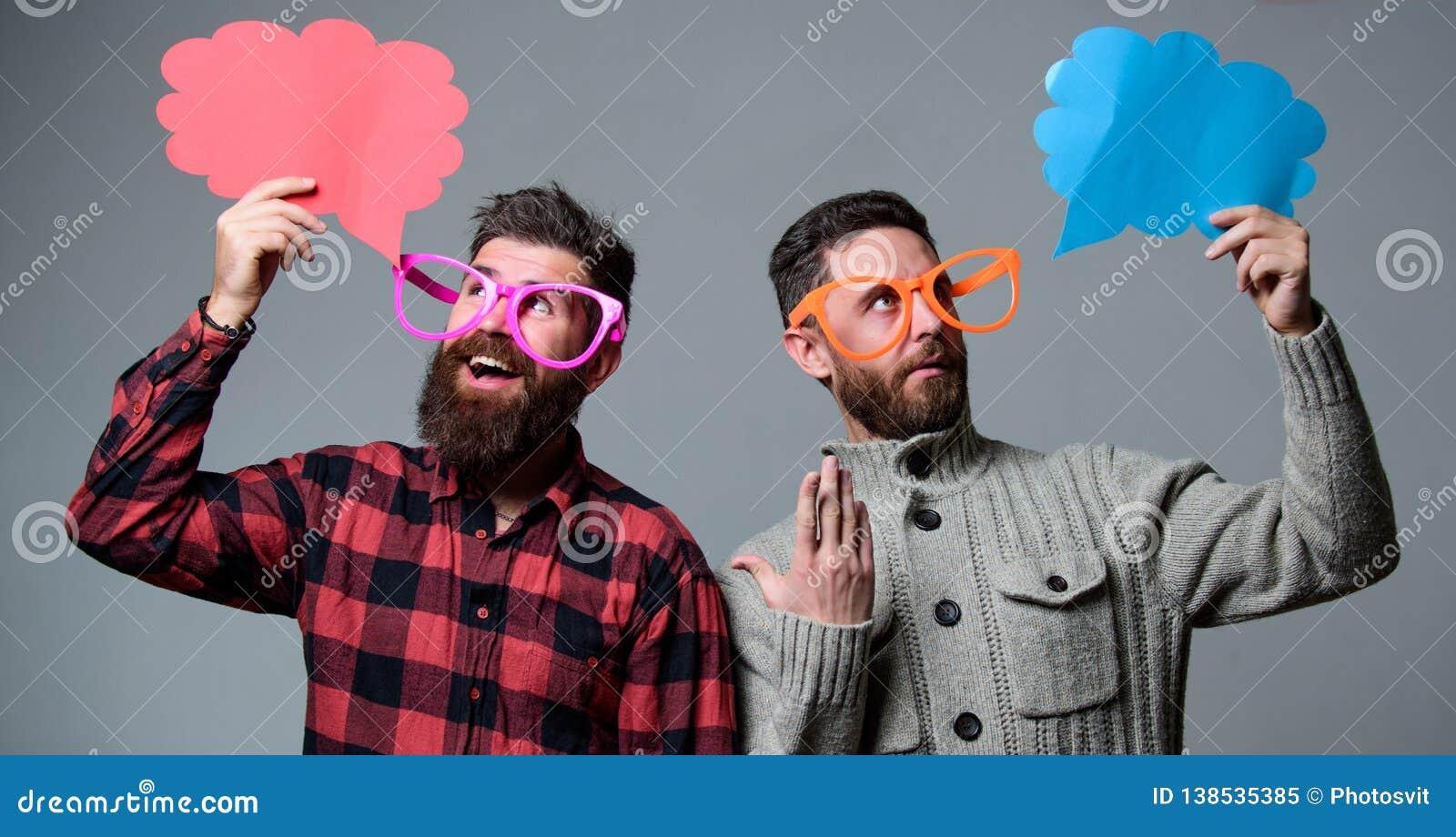 De mensen met baard en snor rijpen de grappige oogglazen van de hipsterslijtage Verklaar humeurconcept Grappig verhaal en humeur