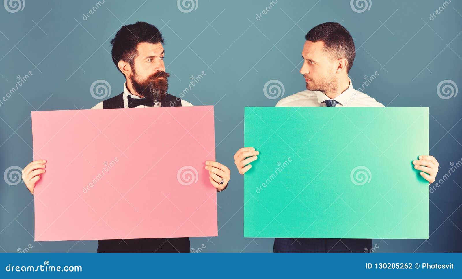 De mensen met baarden houden raad op blauwe achtergrond