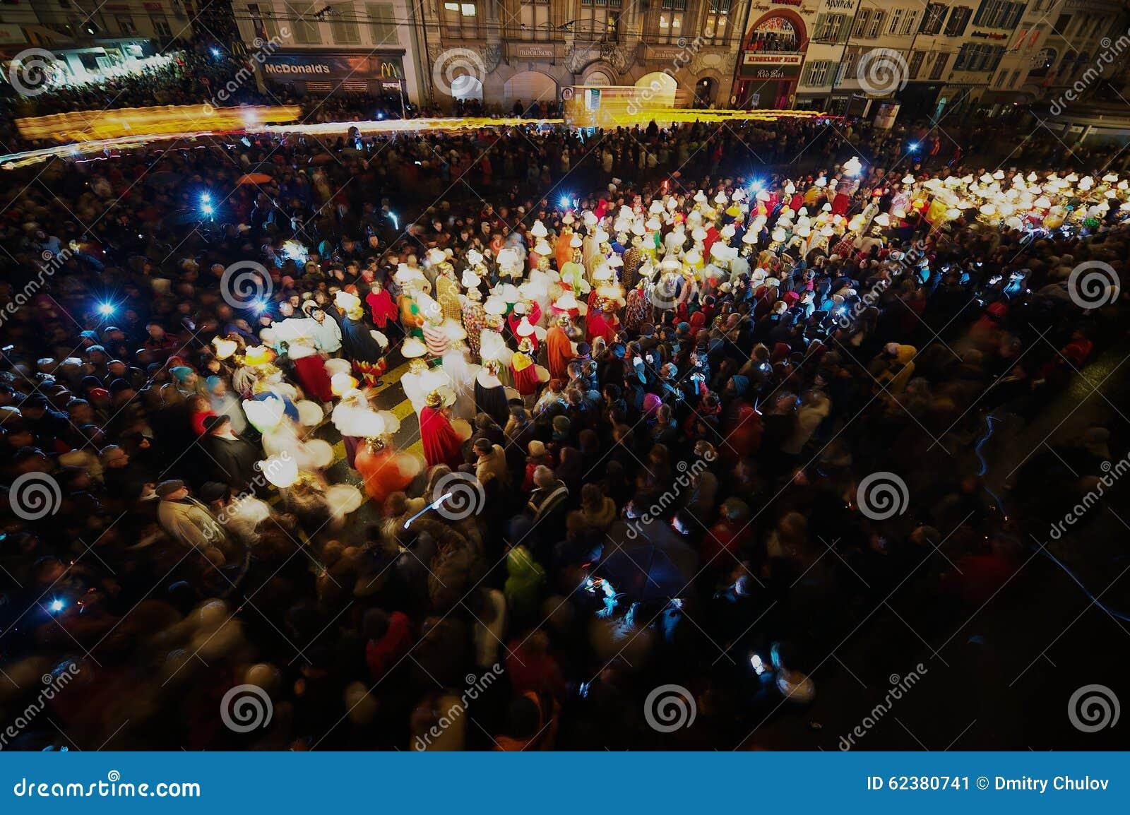 De mensen nemen aan Morgestraich - Carnaval deel die in Bazel, Zwitserland openen Lange Blootstelling