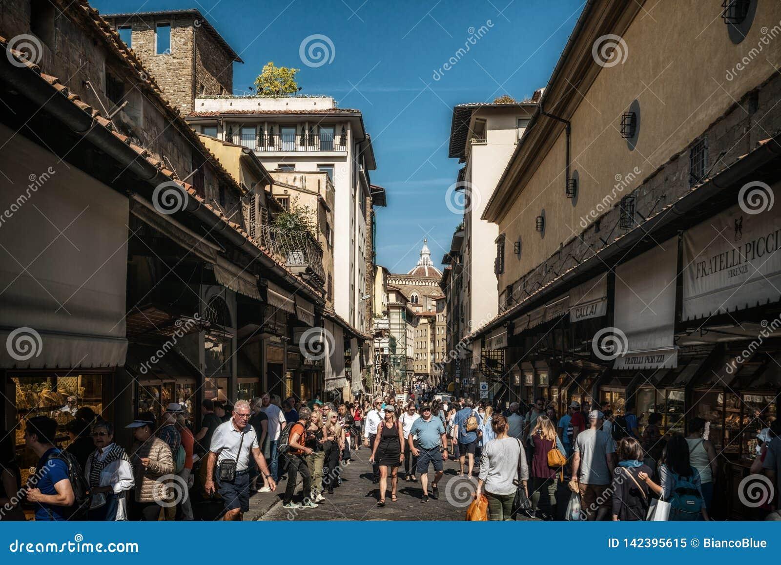 De mensen op Ponte Vecchio overbruggen in Florence, Italië