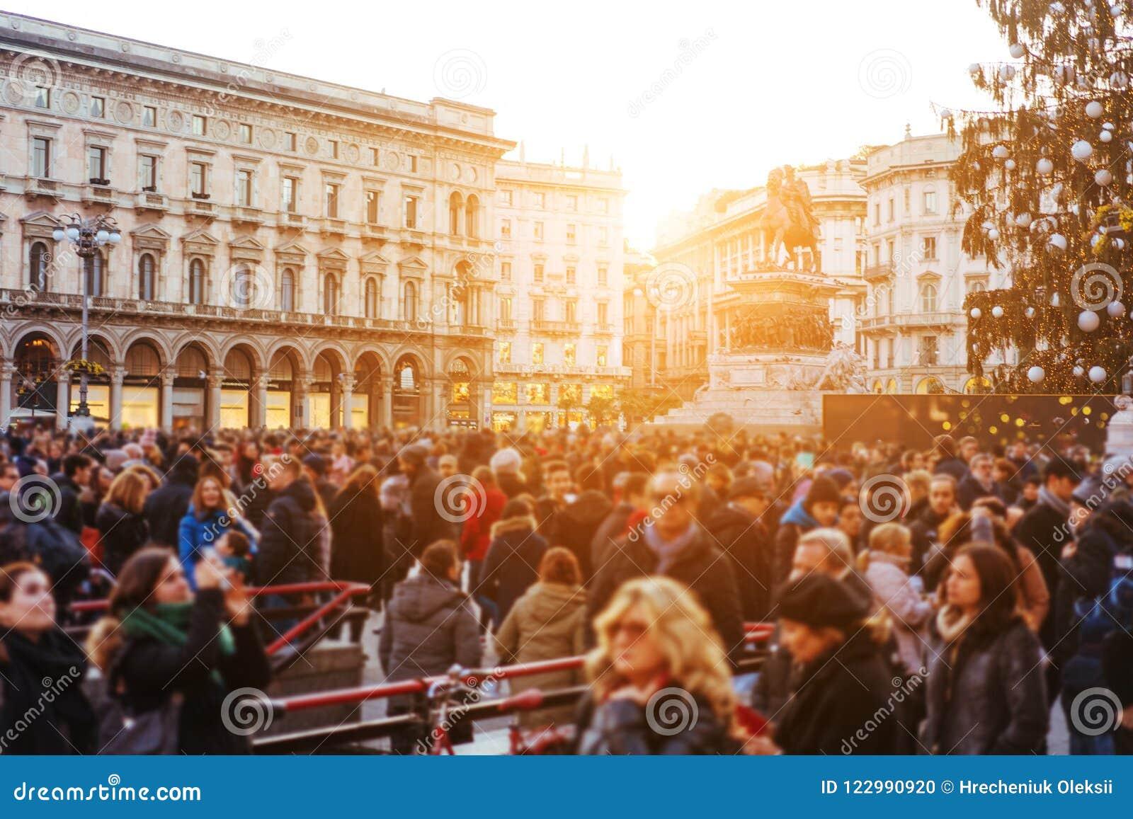 De mensen overbevolken het lopen op bezige straat