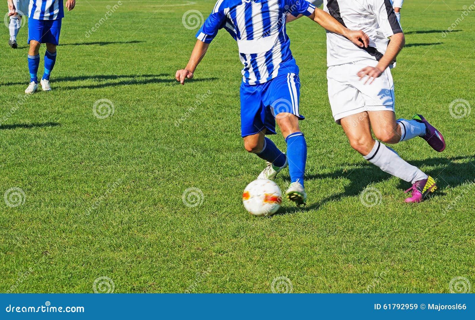 De mensen spelen voetbal