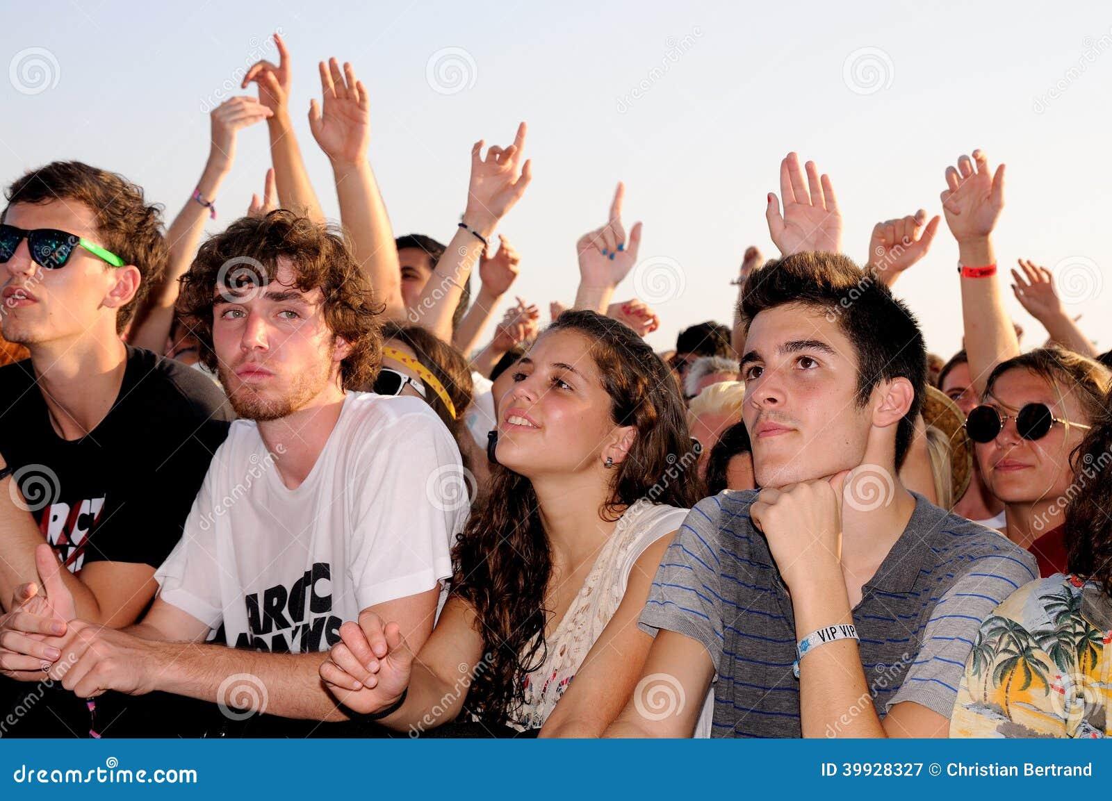 De mensen (ventilators) letten op een overleg van hun favoriete band bij FIB (Festival Internacional DE Benicassim) 2013 Festival