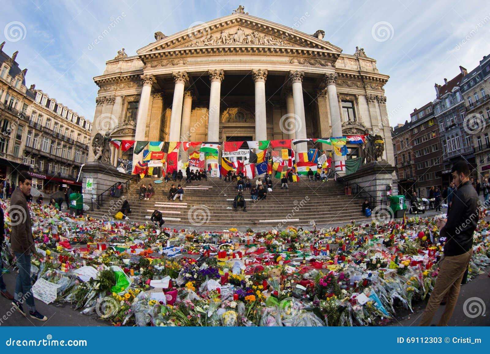 De mensen verzamelden zich in Brussel om de slachtoffers van de terroristische aanslagen te herinneren die op 22 Maart plaatsvond