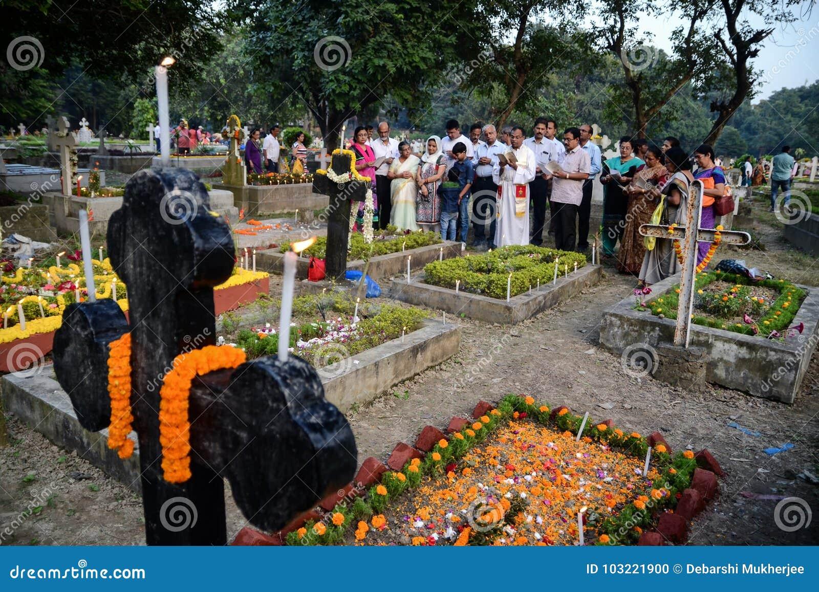 De mensen verzamelen zich om Al Zielendag in Kolkata te vieren