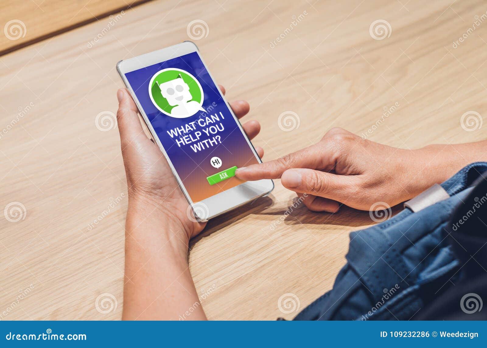 De mensen vragen praatjebot functie in mobiele app het zoeken van klant