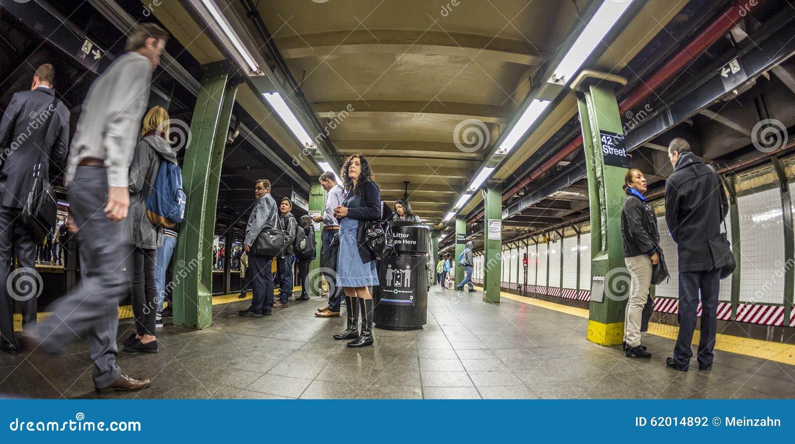 De mensen wachten bij de tijdenvierkant van de metropost in New York