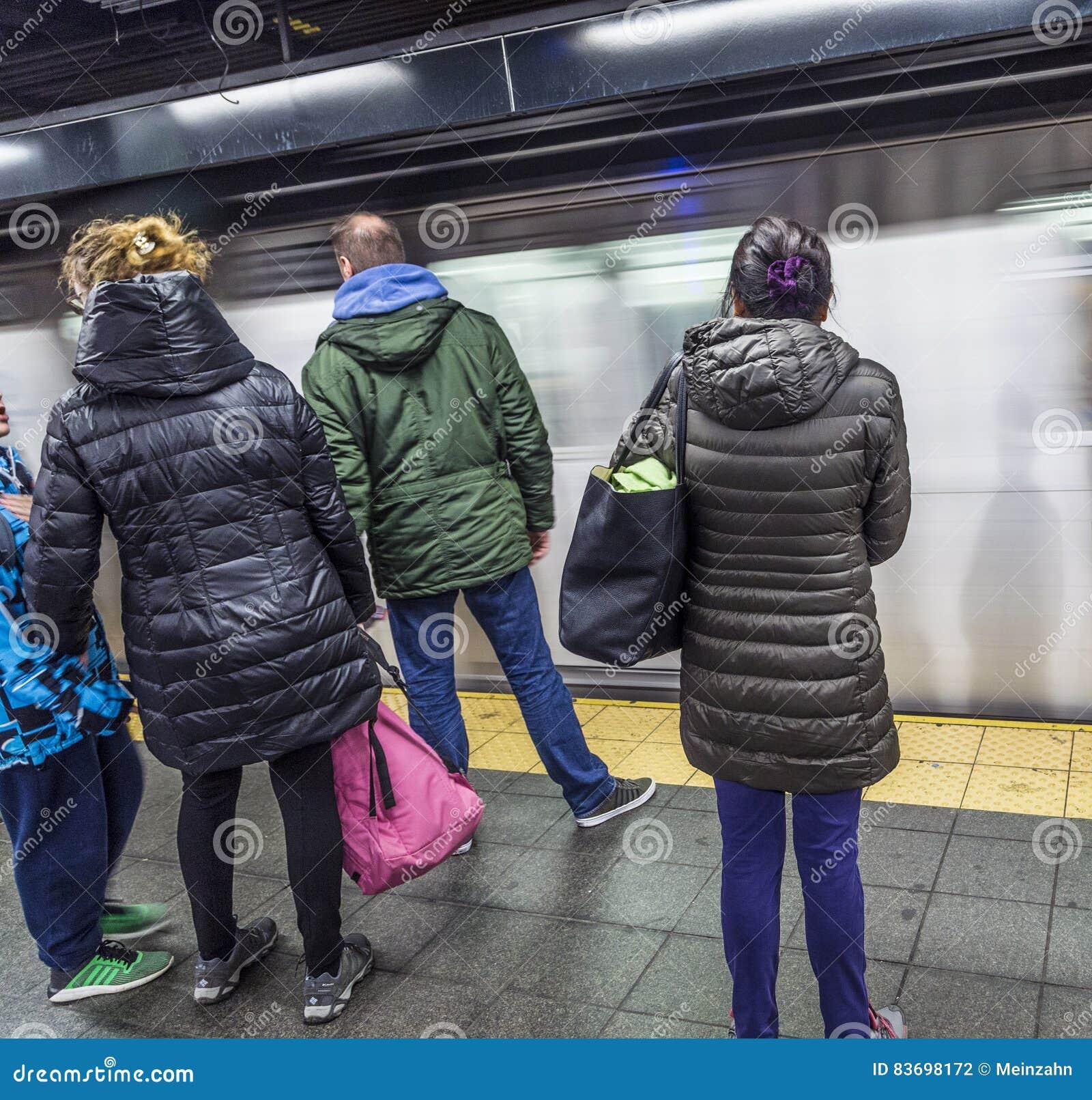 De mensen wachten bij een metropost in New York