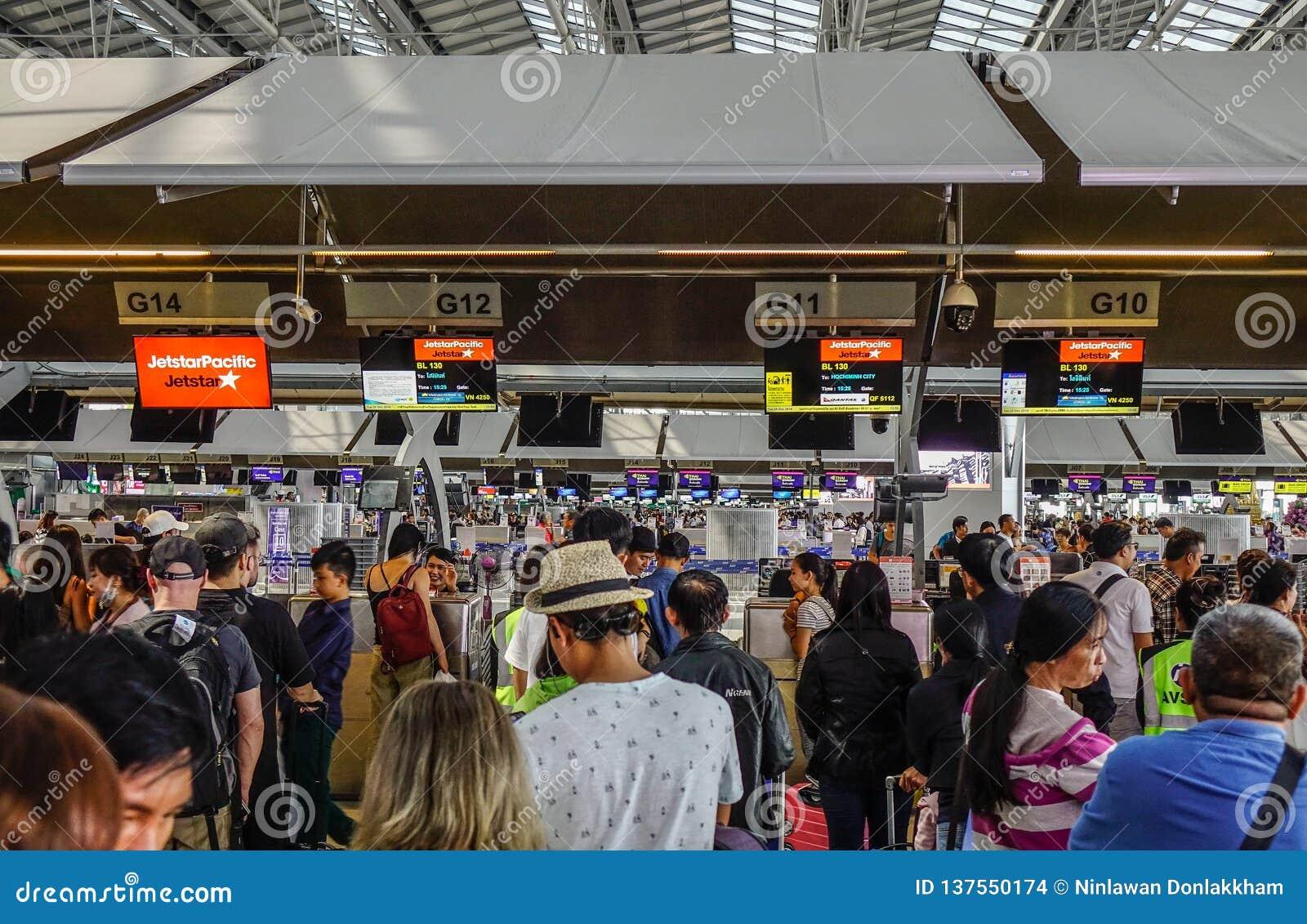 De mensen wachten in lijn om hun luggages te controleren
