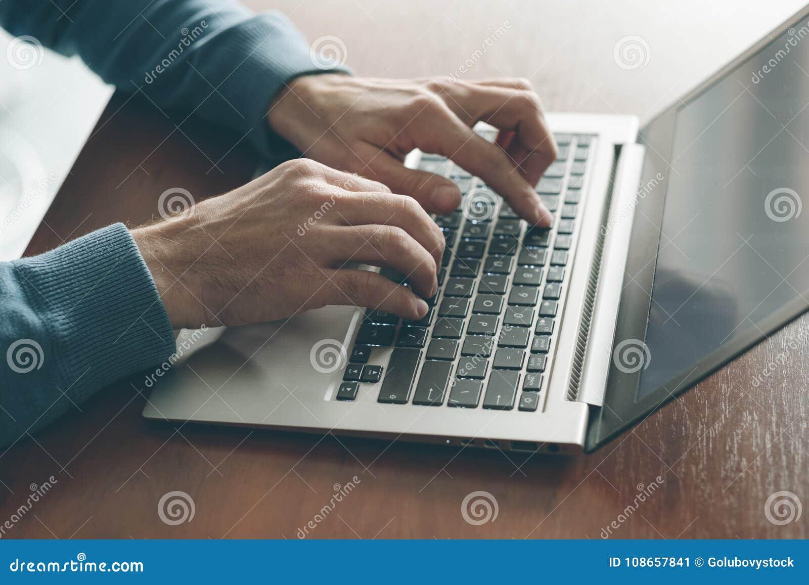 De mensen werkende laptop van de Webontwerper