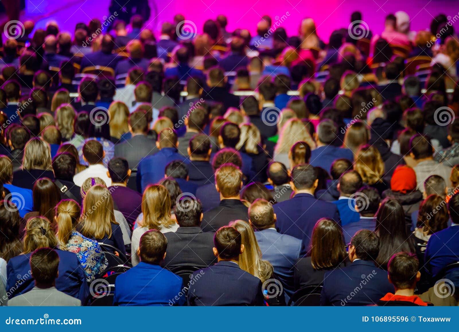 De mensen wonen handelsconferentie in congreszaal bij
