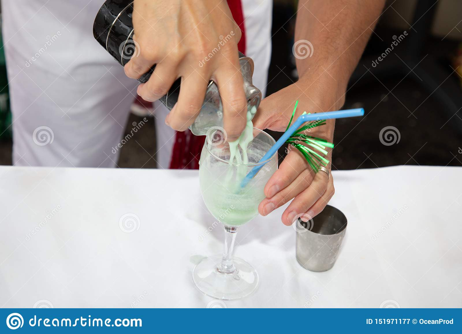 De mensenbarman bereidt een cocktail in de bar voor