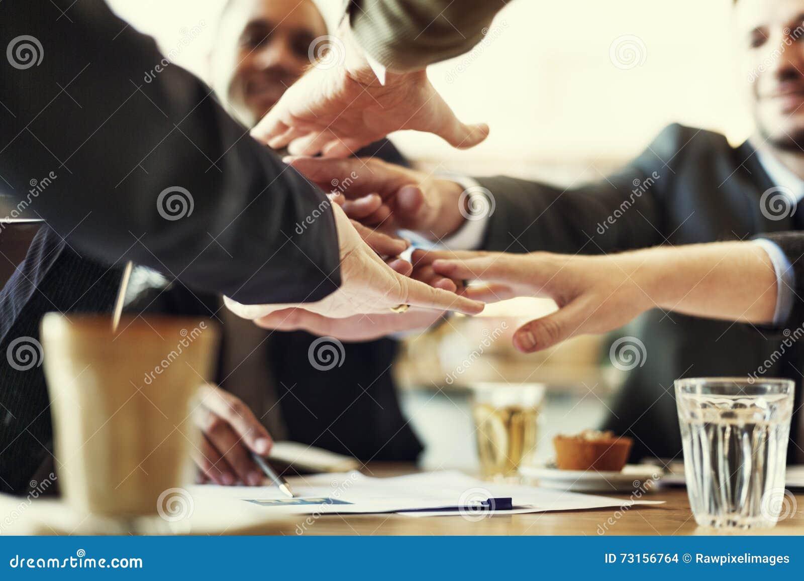 De mensenhand assembleert het Collectieve Concept van het Vergaderingsgroepswerk
