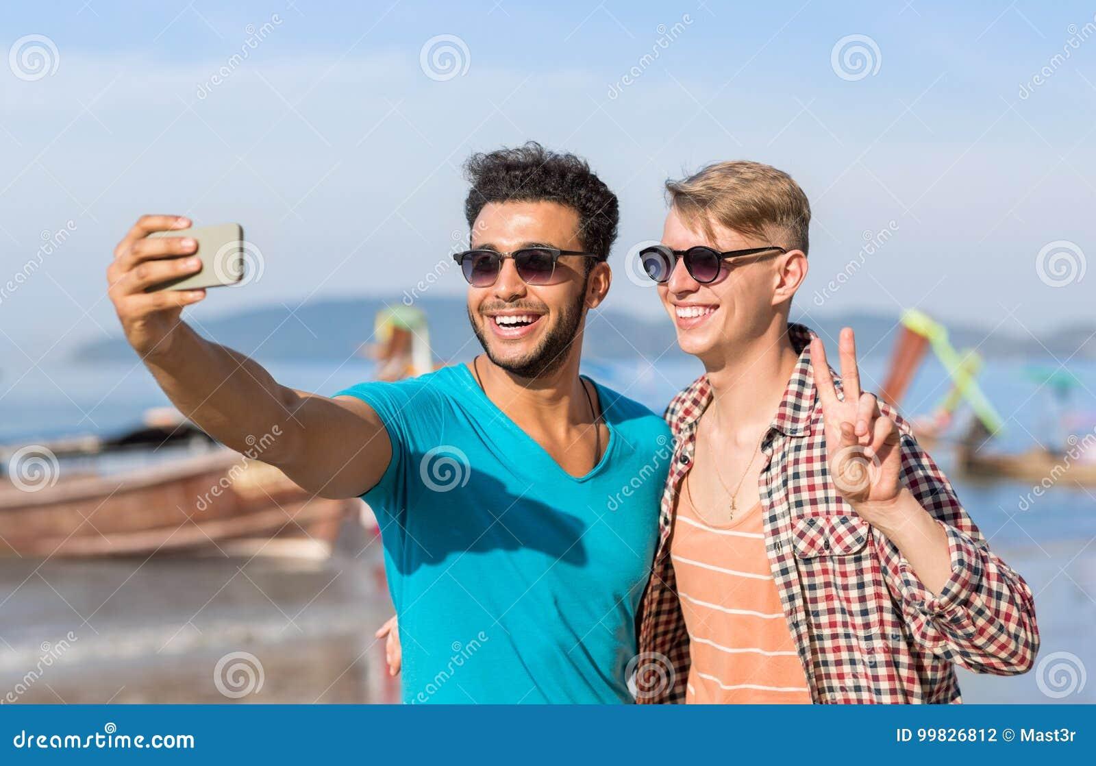 De mensentoeristen koppelen het Nemen van Selfie-Foto in Front Of Long Tail Boat op Strand op Cel Slimme Telefoon, Twee Jonge Gel