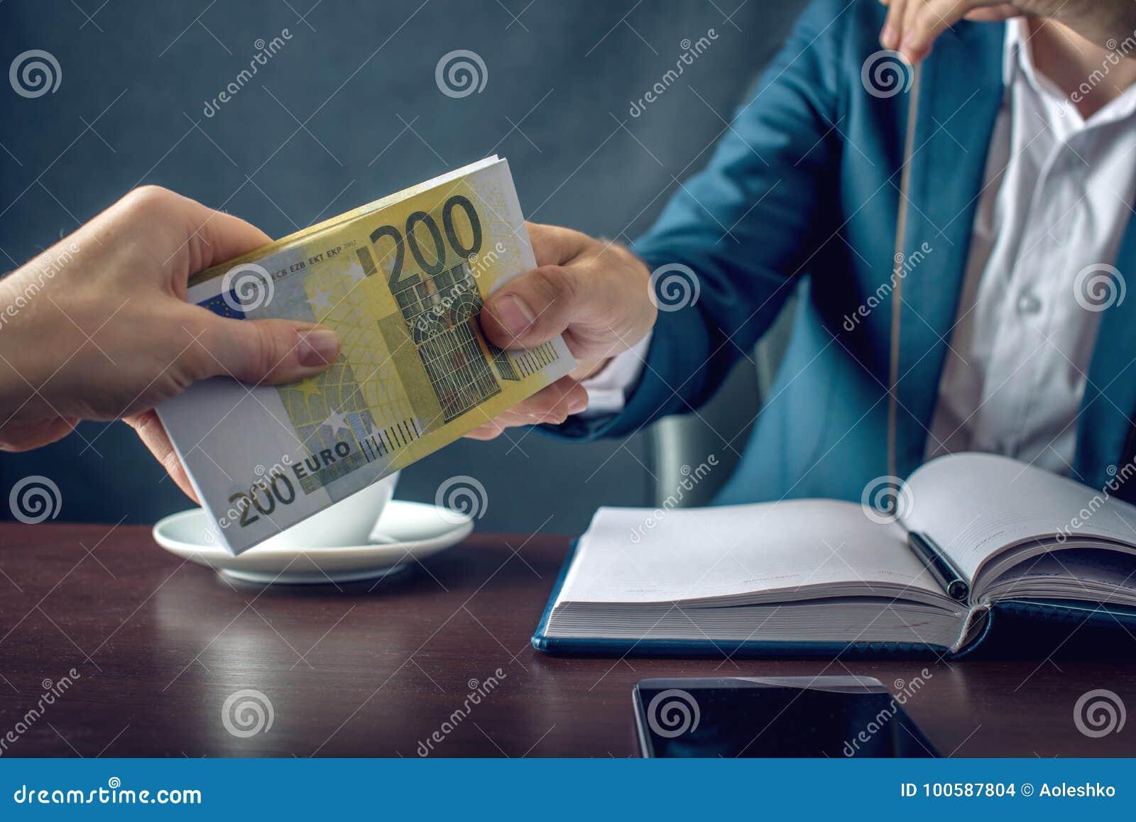 De mensenzakenman in kostuum neemt de geldhanden Een steekpenning in de vorm van Euro rekeningen Concept corruptie en omkoperij