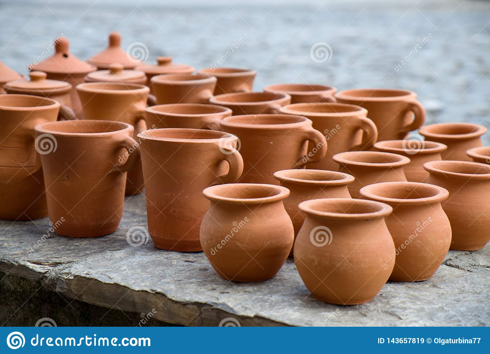 De met de hand gemaakte inzameling van kleipotten in Sheki