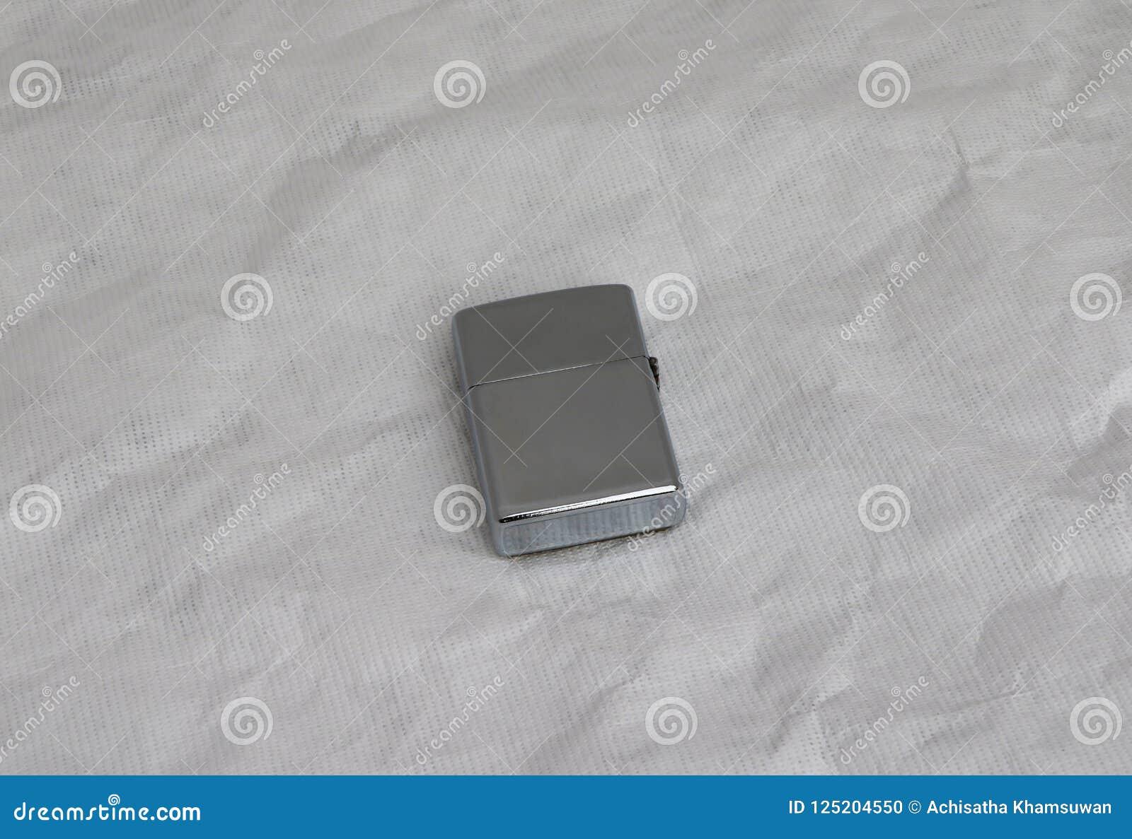 De metaalaansteker sluit het deksel isoleert op Witboekachtergrond het is een apparaat dat een kleine vlam produceert