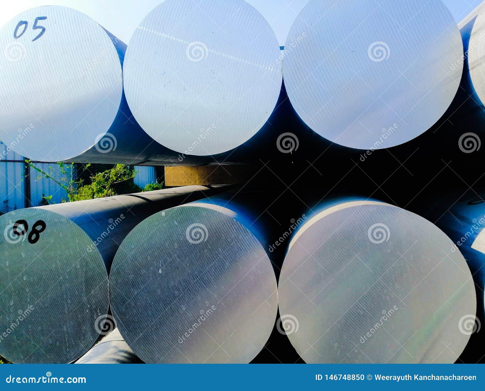De metalen en het aluminium hopen in de pakhuislading op voor vervoer aan de productie van fabriek