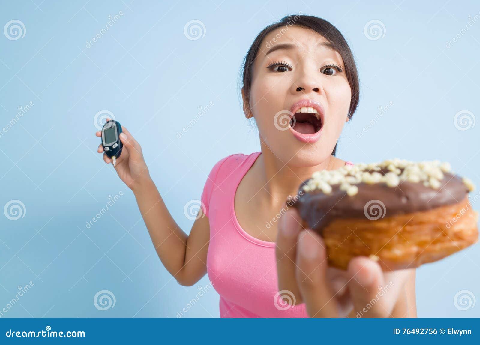 De meter van de bloedglucose en een doughnut