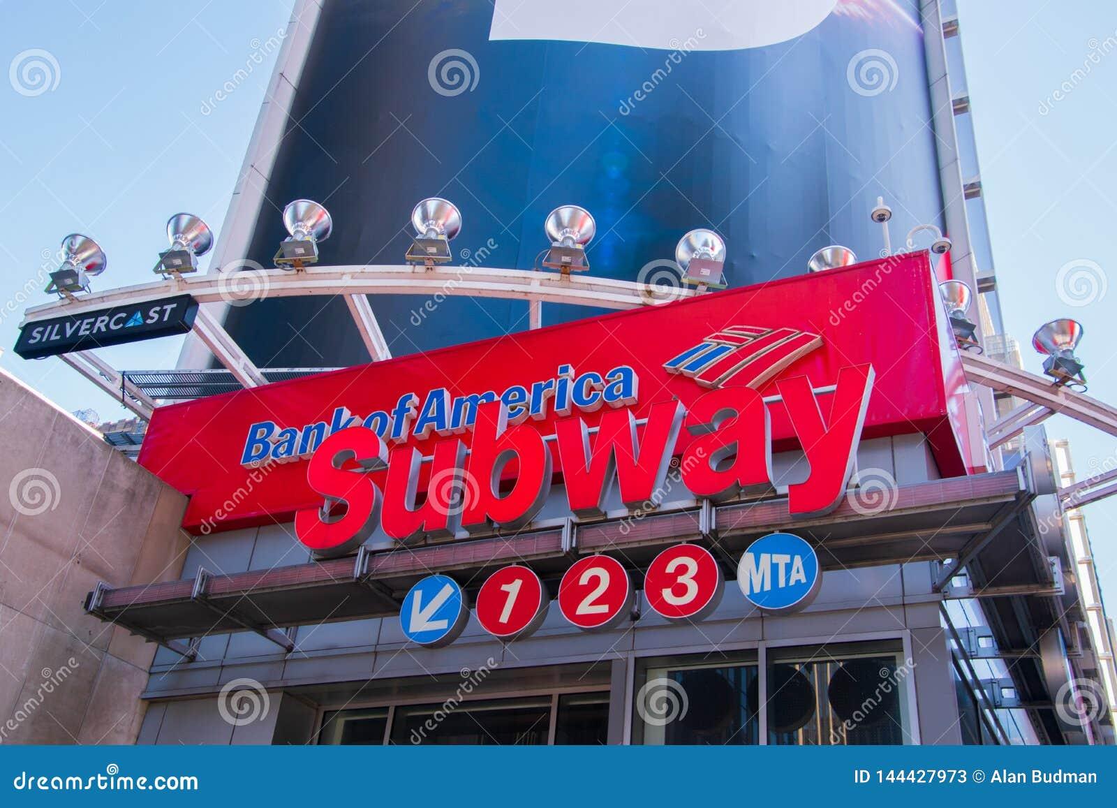 De metro da estação do sinal Times Square Manhattan dentro, New York City com um sinal do Banco Americano acima dele