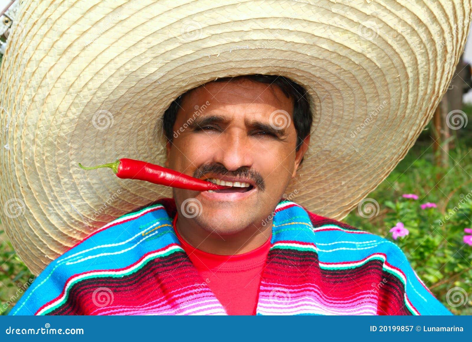 De Mexicaanse sombrero die van de mensenponcho roodgloeiende Spaanse peper eet
