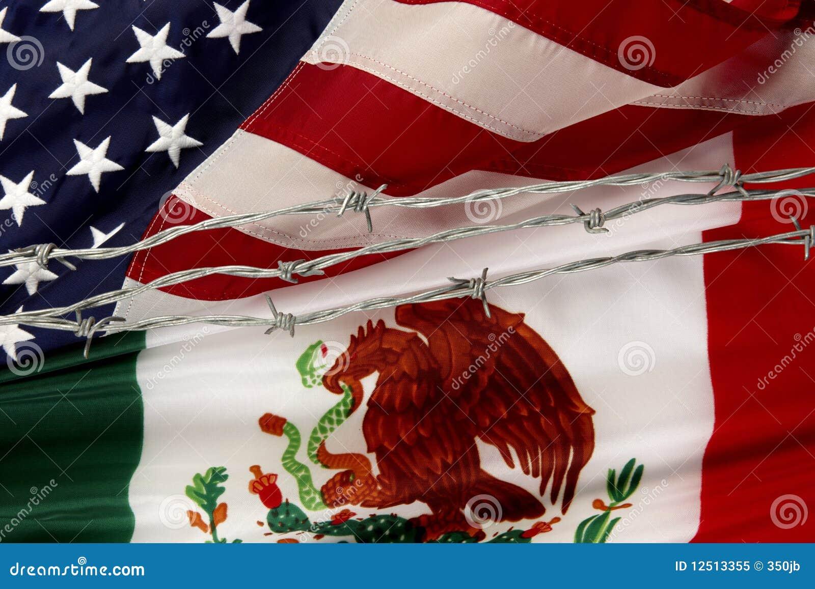 De Mexicaanse vlaggen van de V.S. en die door prikkeldraad worden gescheiden
