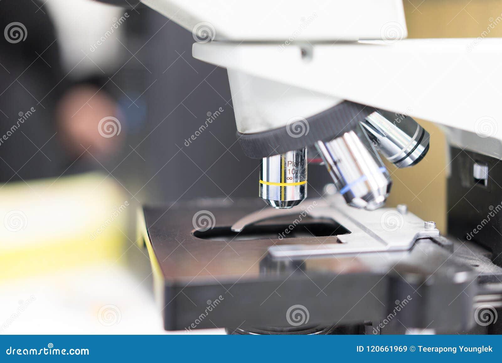 De microscoop is het glanzen speciaal ding in wetenschapslaboratorium