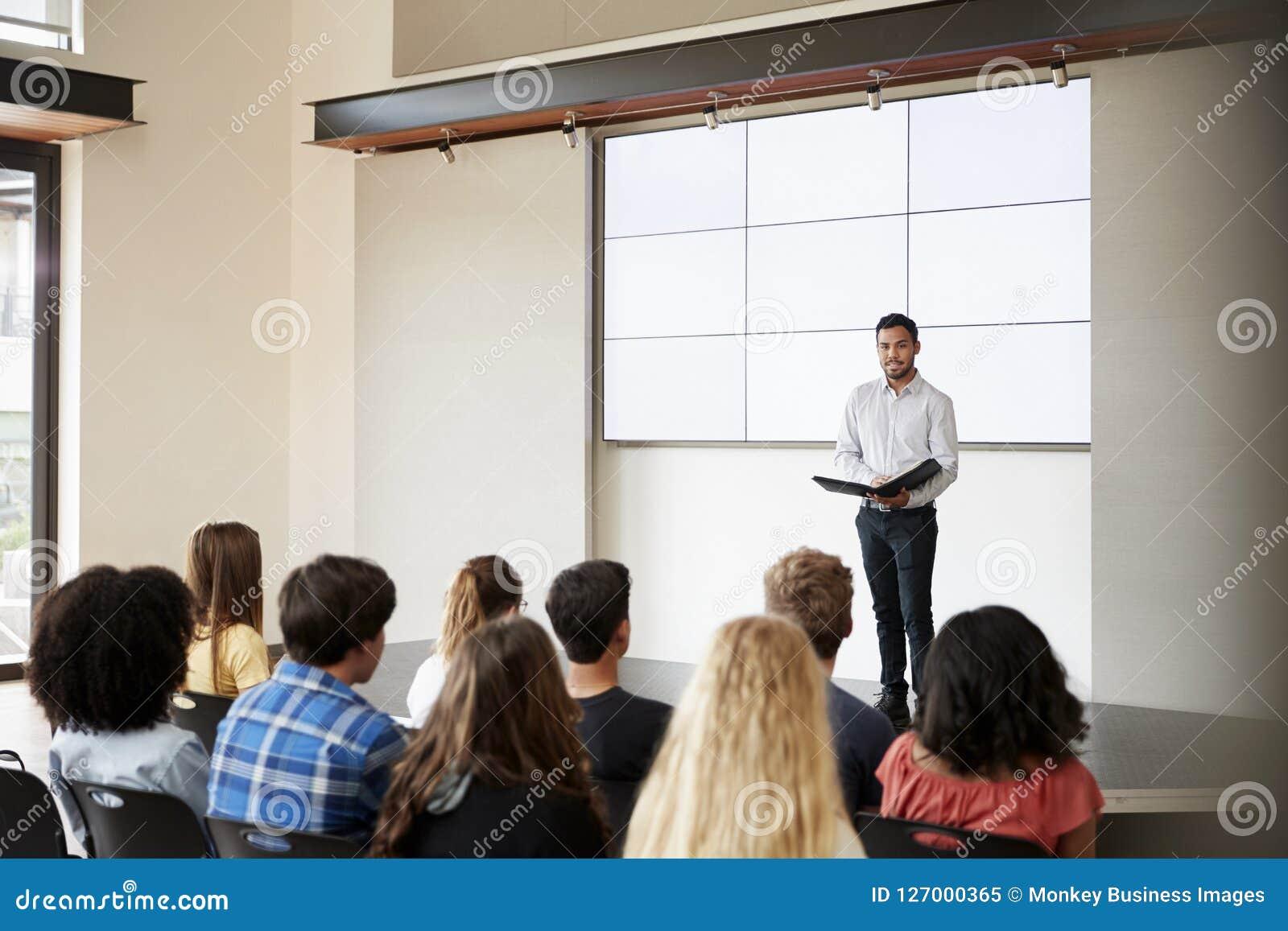 De Middelbare schoolklasse van leraarsgiving presentation to in Front Of Screen