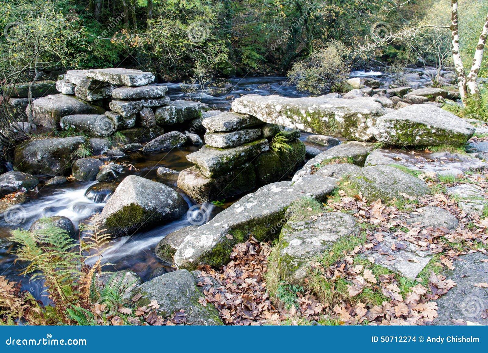 De middeleeuwse Brug van de steenklep, Dartmoor Engeland