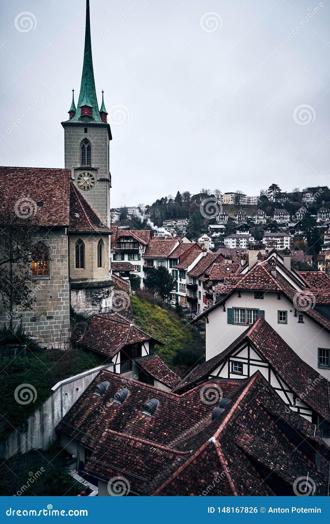 De middeleeuwse Zwitserse stad van Bern met een klokketoren bij zonsondergang