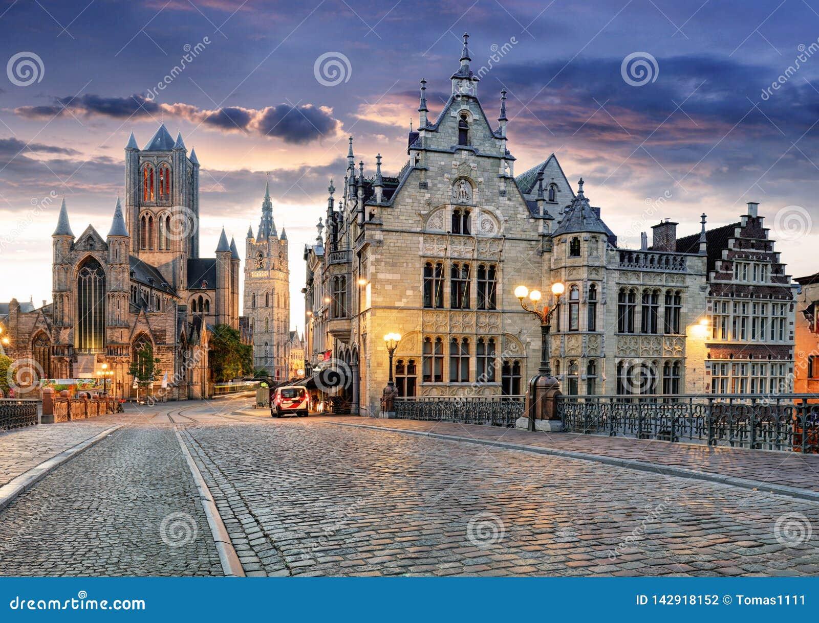 De mijnheer, België met Heilige Nicholas Church en de toren van Belfort bij schemering verlichtten ogenblik in Vlaanderen