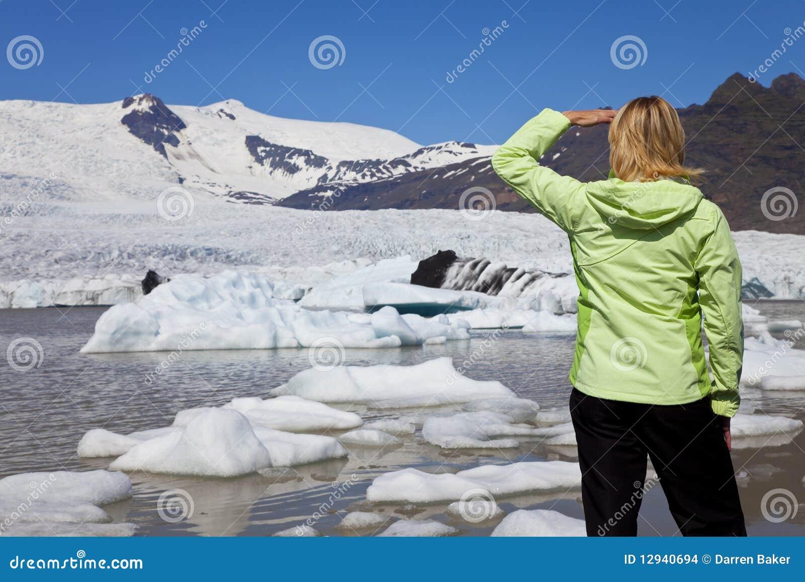 De milieu Vrouw van het Concept met Smeltende Gletsjer