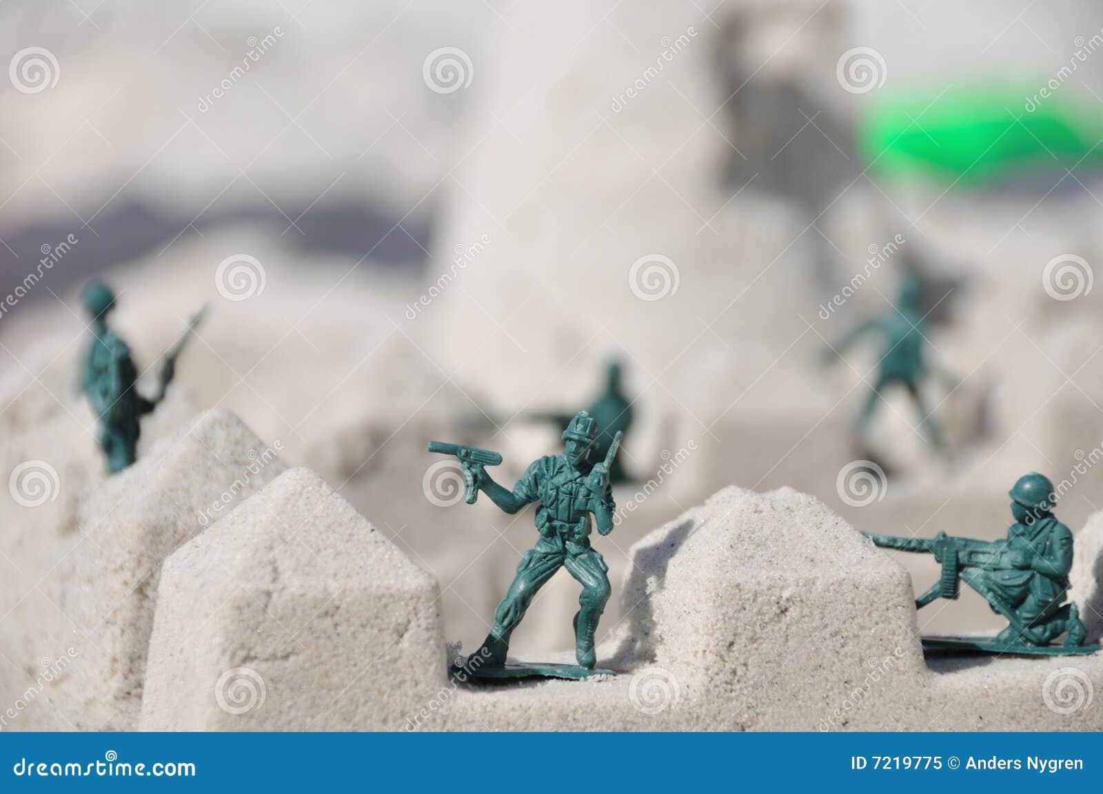 De militairen van het stuk speelgoed het bewaken
