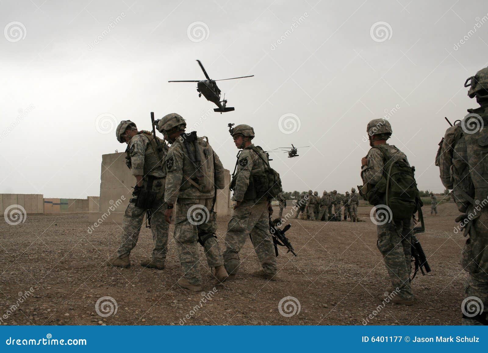 De militairen wachten op Helikopter in Irak