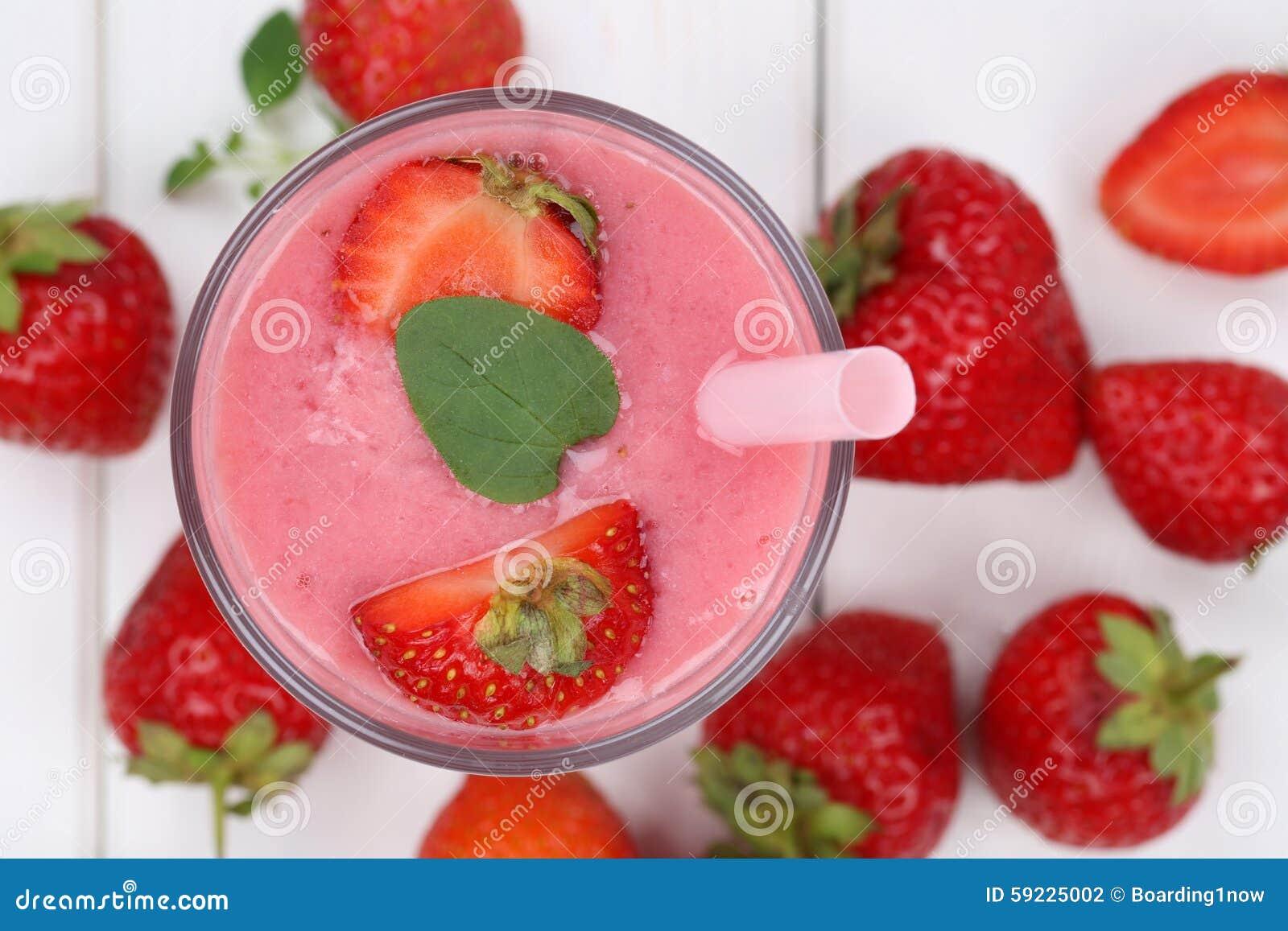 De milkshake van het aardbei smoothie vruchtensap met aardbeienfrui