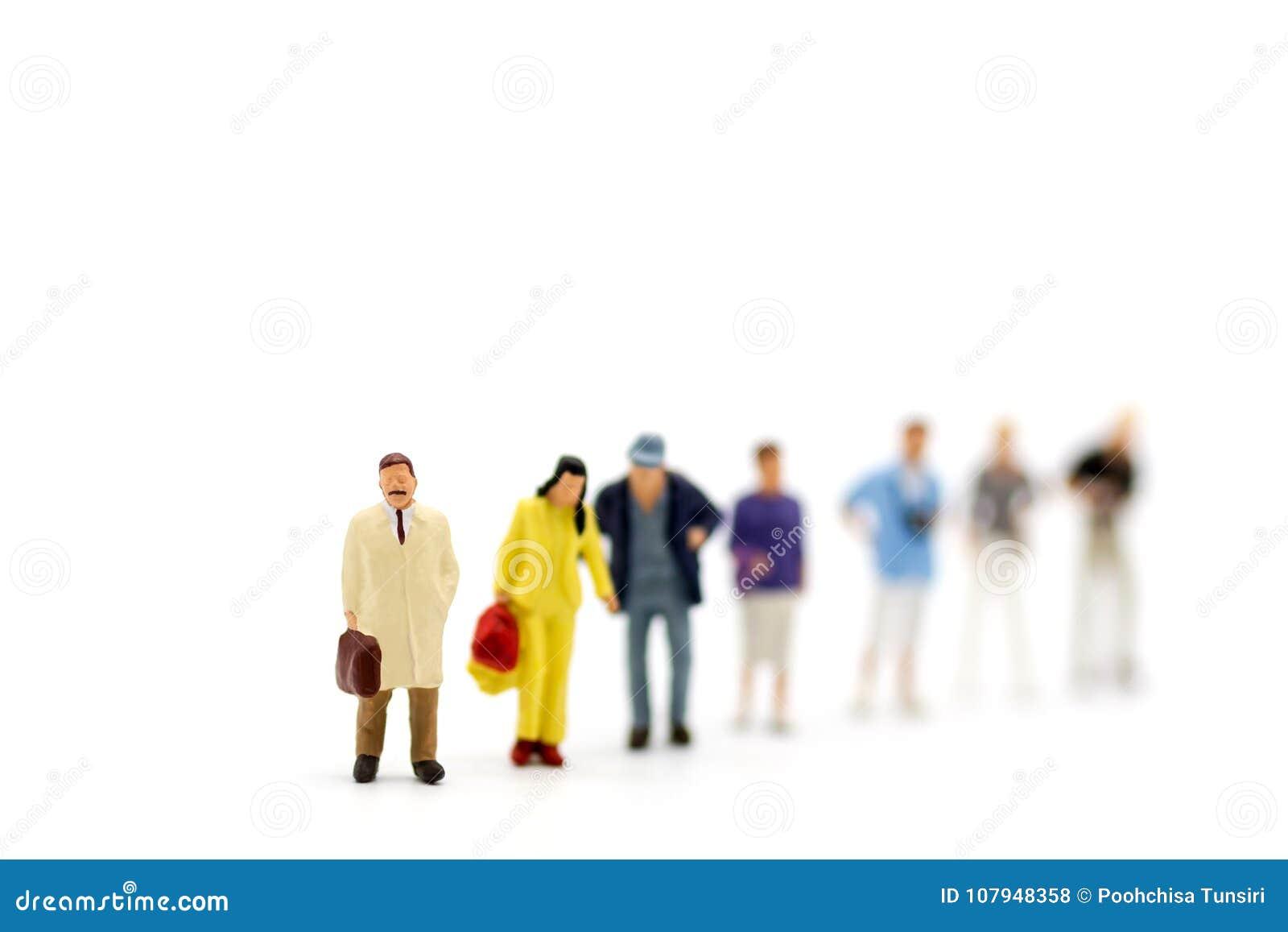 De miniatuurmensen, Groep zakenlieden werken met team, gebruikend als achtergrondkeus van de meest geschikte werknemer