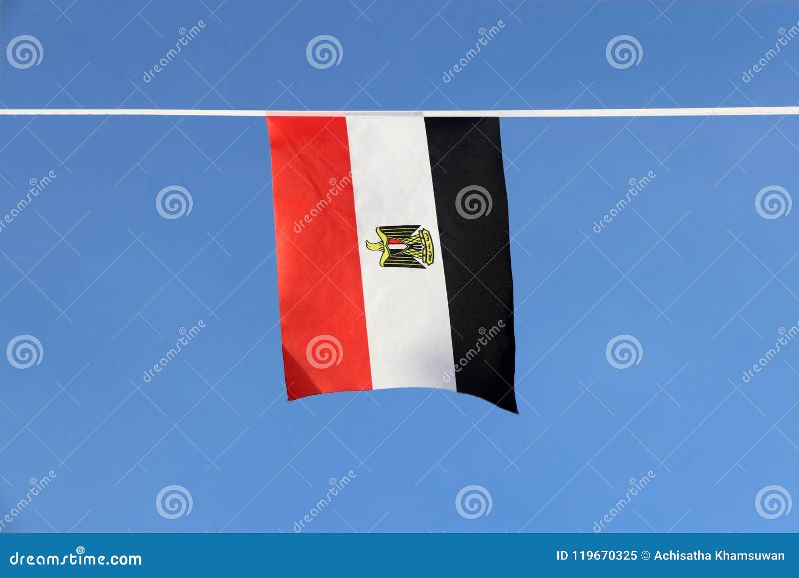 De minivlag van het stoffenspoor van Egypte, het is een tricolor bestaand uit de drie gelijke horizontale rode, witte, en zwarte