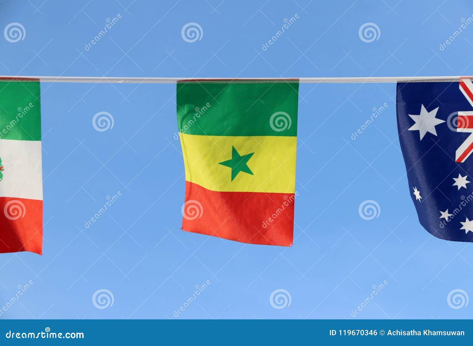 De minivlag van het stoffenspoor van Senegal, het is een tricolor bestaand uit drie verticale groene, gele en rode banden met een