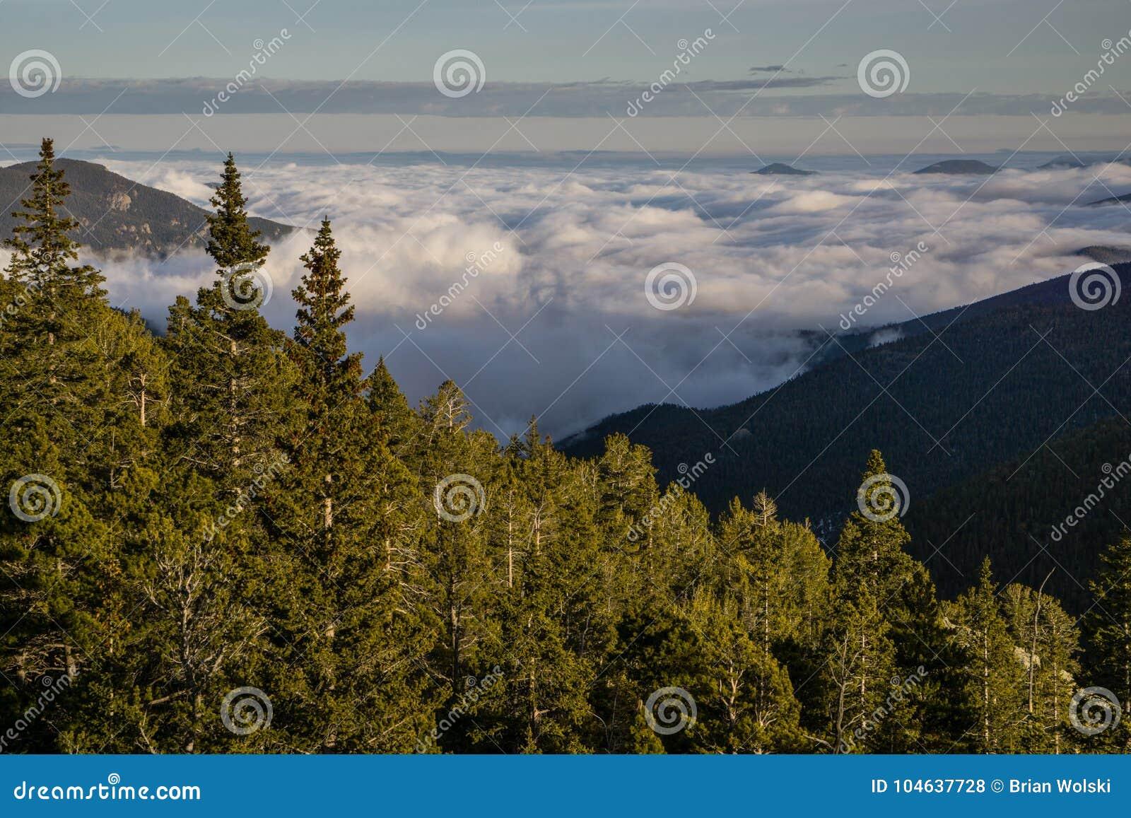 Download De Mist Bedekt De Bergen Van Colorado Stock Foto - Afbeelding bestaande uit reis, wolken: 104637728