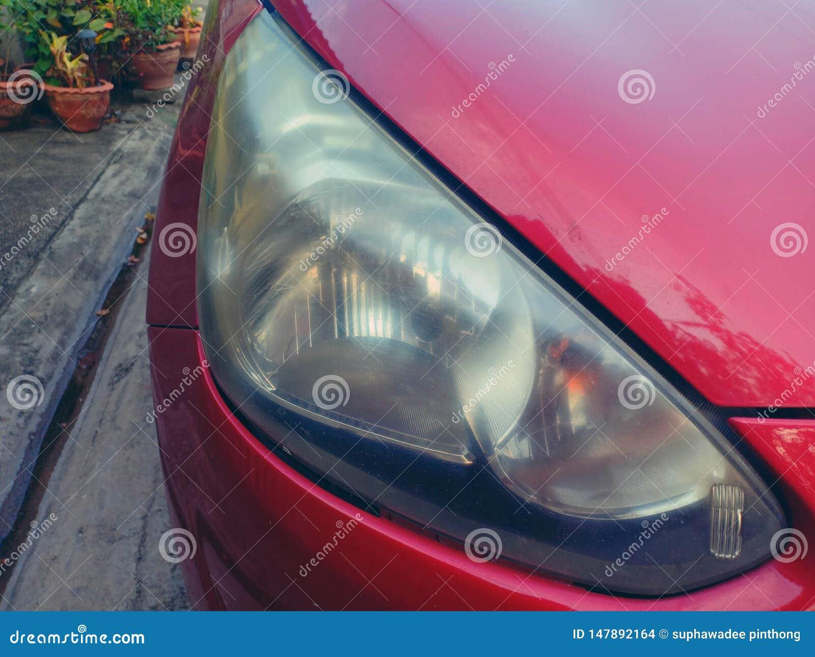 De mistige en bewolkte lenzen van de autokoplamp van de luchtspiegeling van Mitsubishi