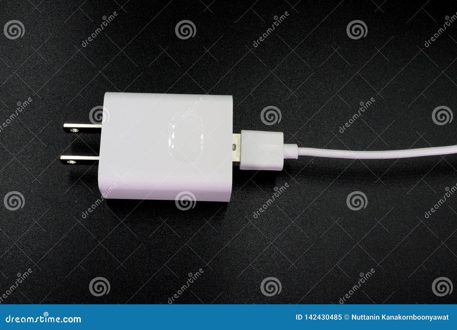 De mobiele lader van USB die op zwarte achtergrond wordt geïsoleerd