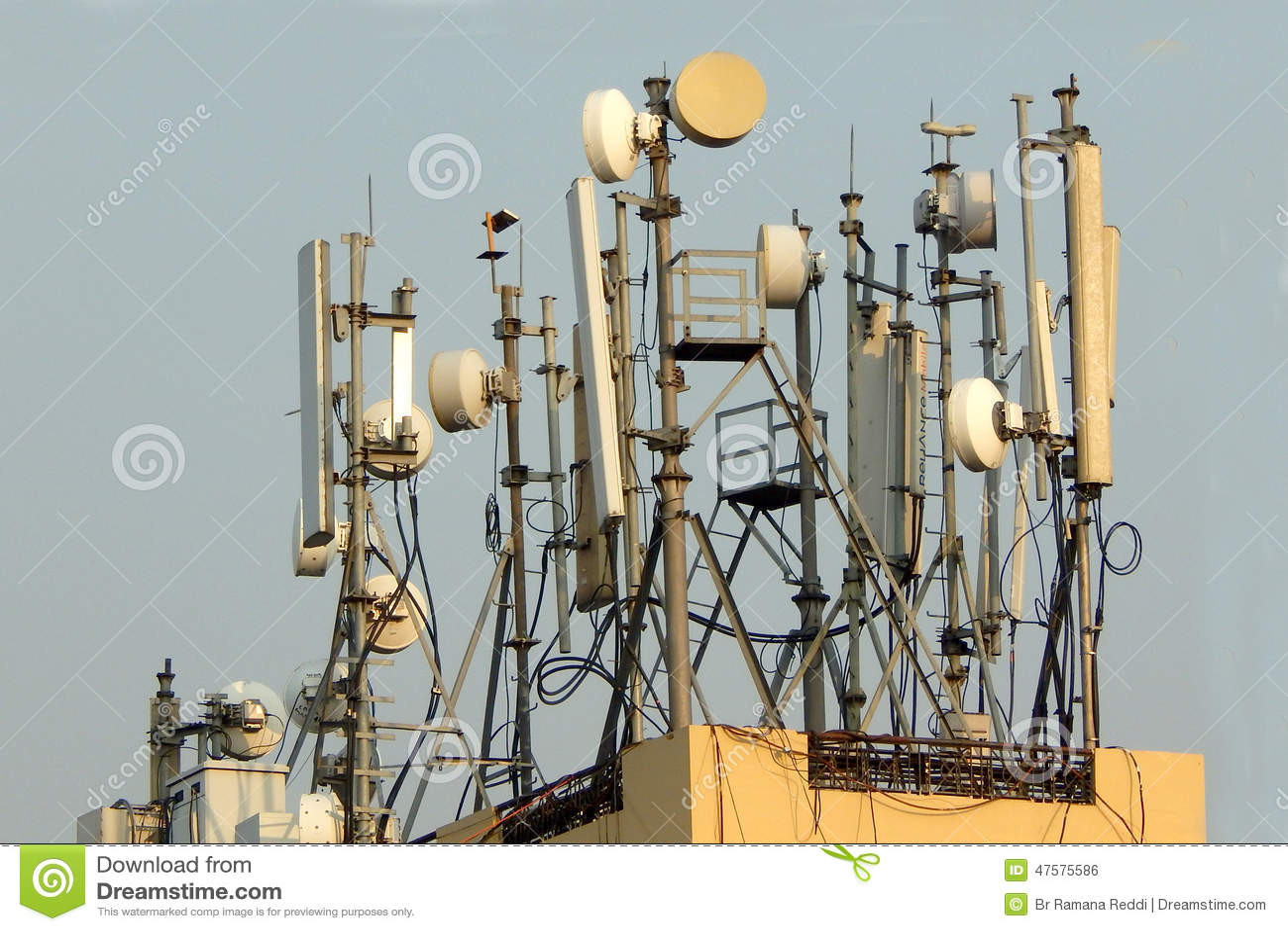 De mobiele schotels van de telefoonantenne Draadloze mededeling
