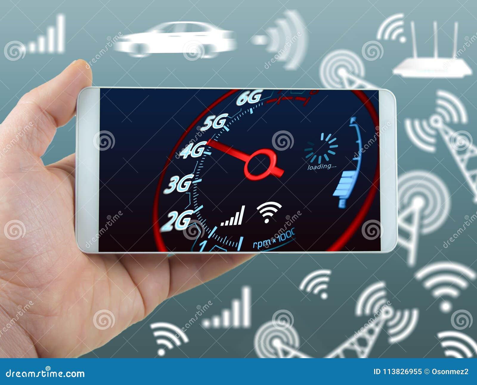 De mobiele snelheid en de hand van telefooninternet - gehouden telefoonconcept