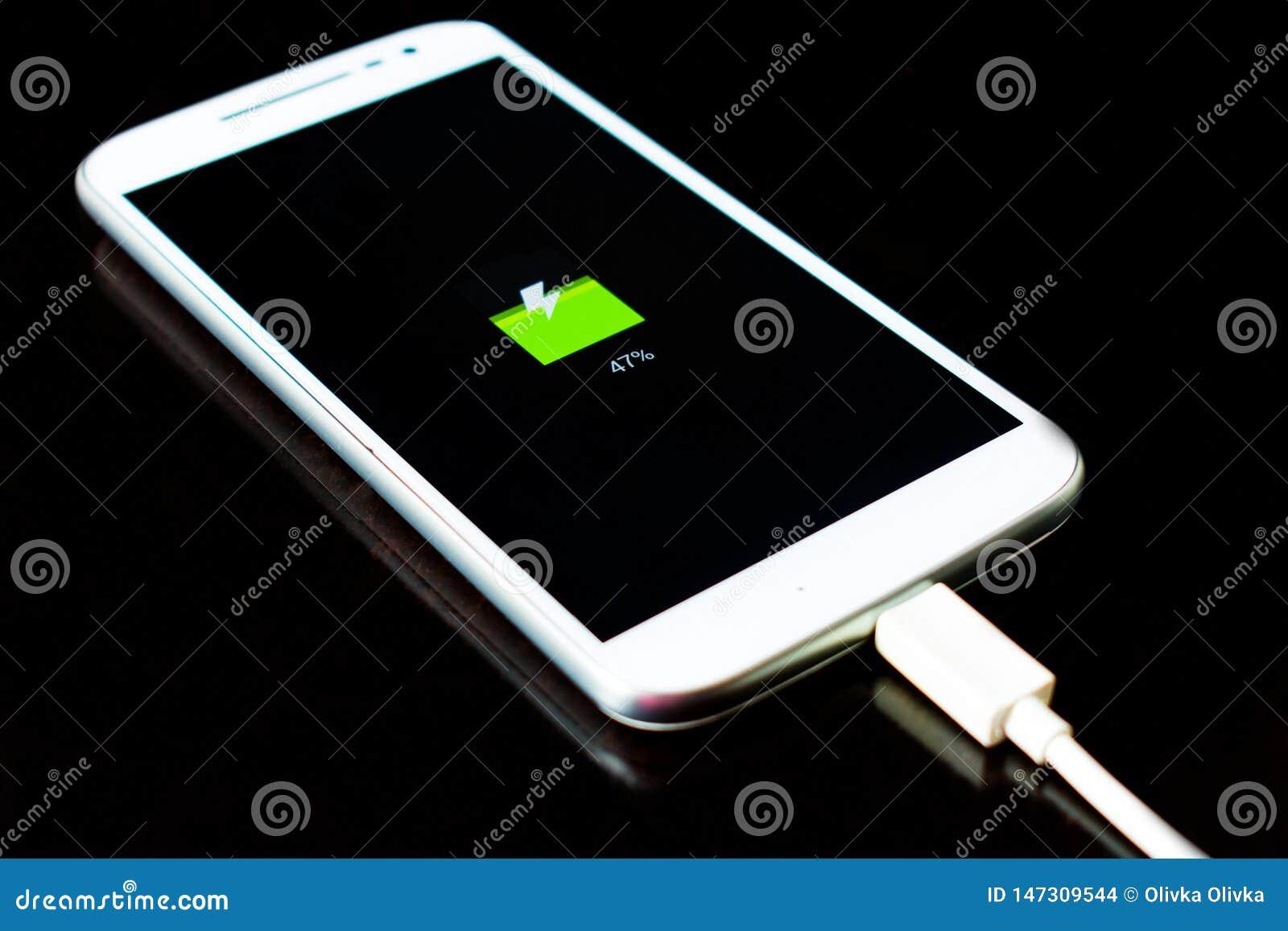 De mobiele telefoon laadt op een zwarte achtergrond