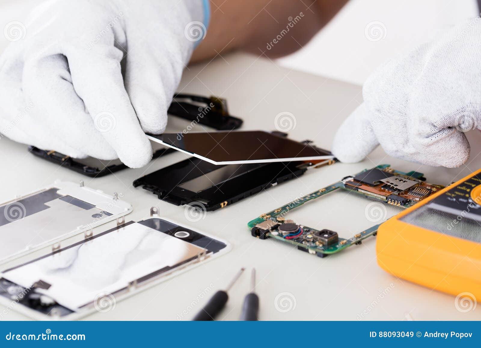 De Mobiele Telefoon van Person Fixing Damaged Screen On