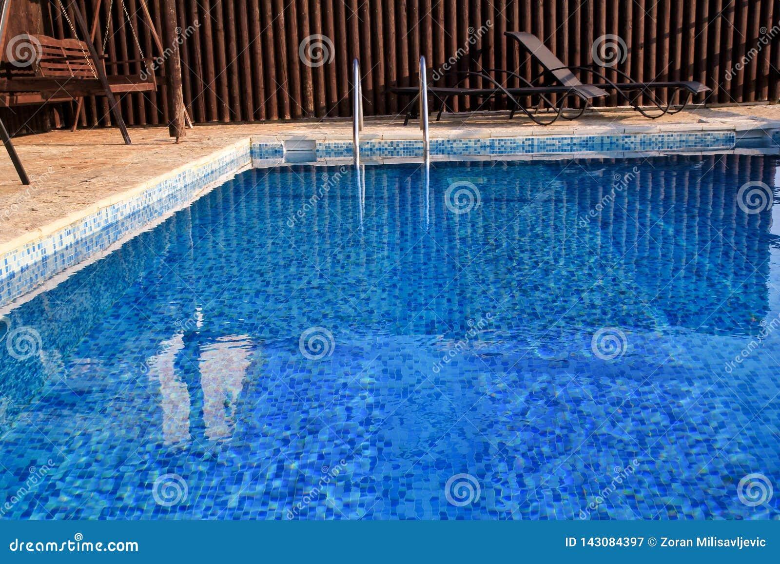 De moderne architectuur van het zwembadontwerp van de villa van de luxevakantie Ontspan dichtbij exotisch zwembad met leuning, li