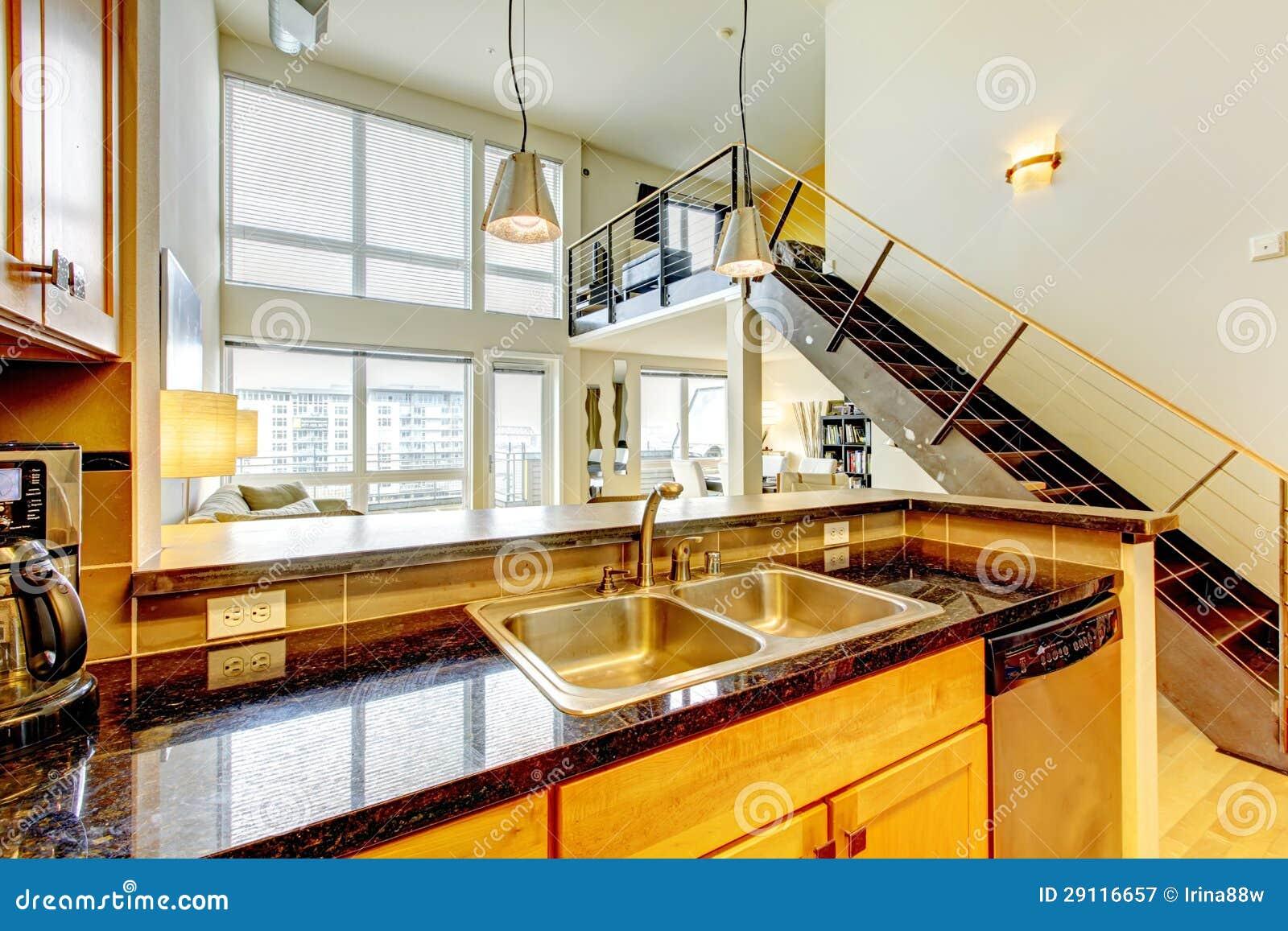 Keuken Met Trap : De moderne flat van de zolder met houten keuken en trap. stock