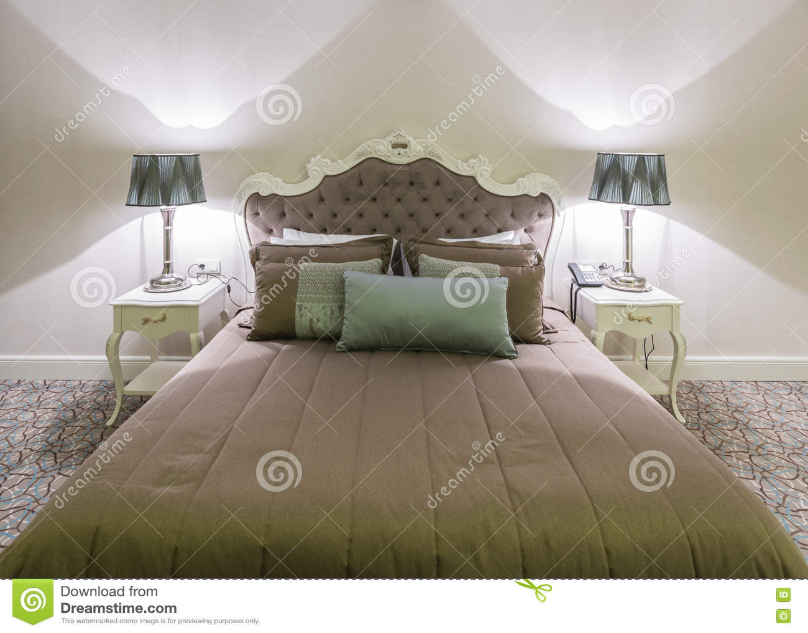 De moderne hotelruimte met groot bed