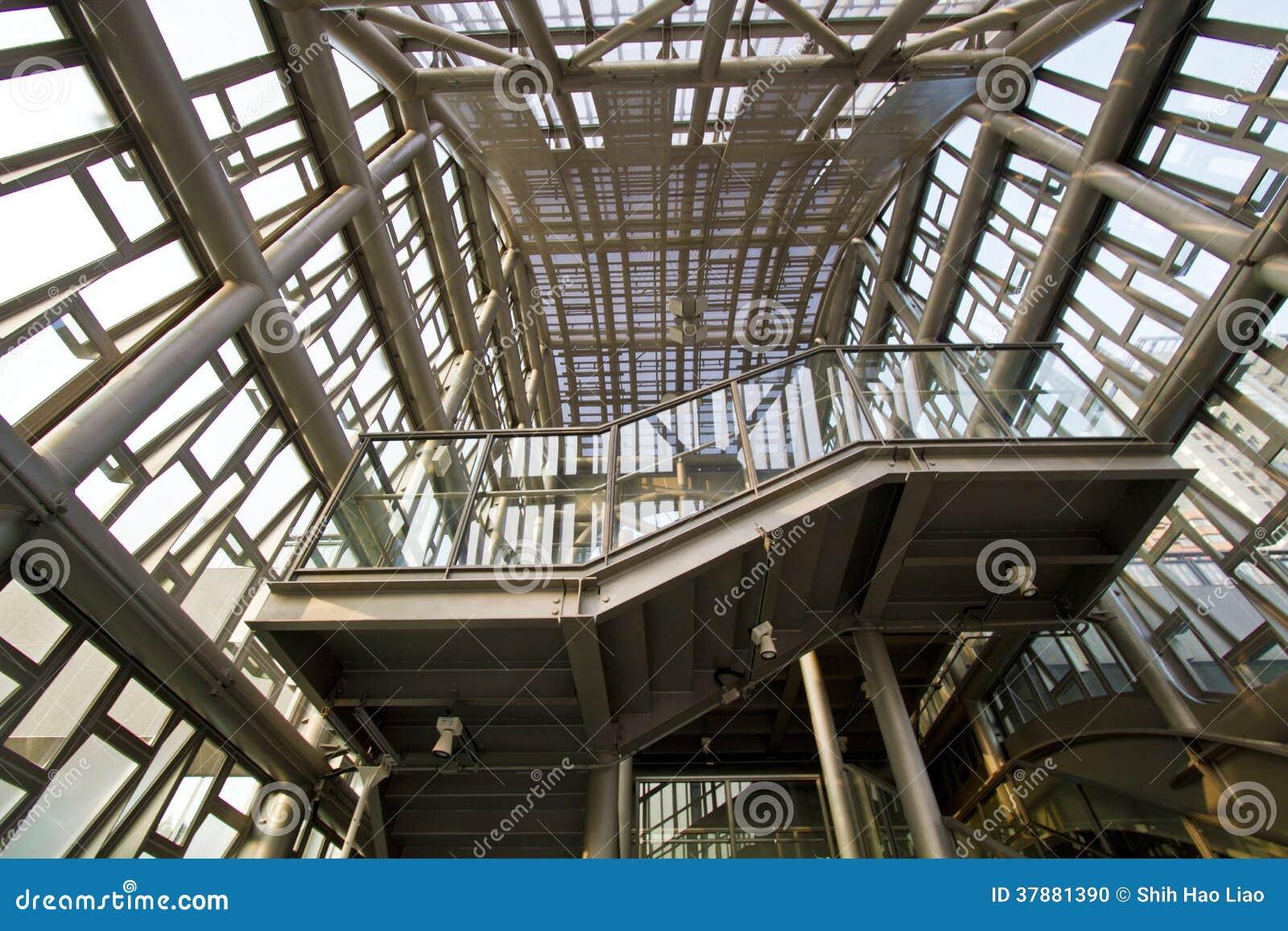 De moderne industriële structuur van metaalpylonen
