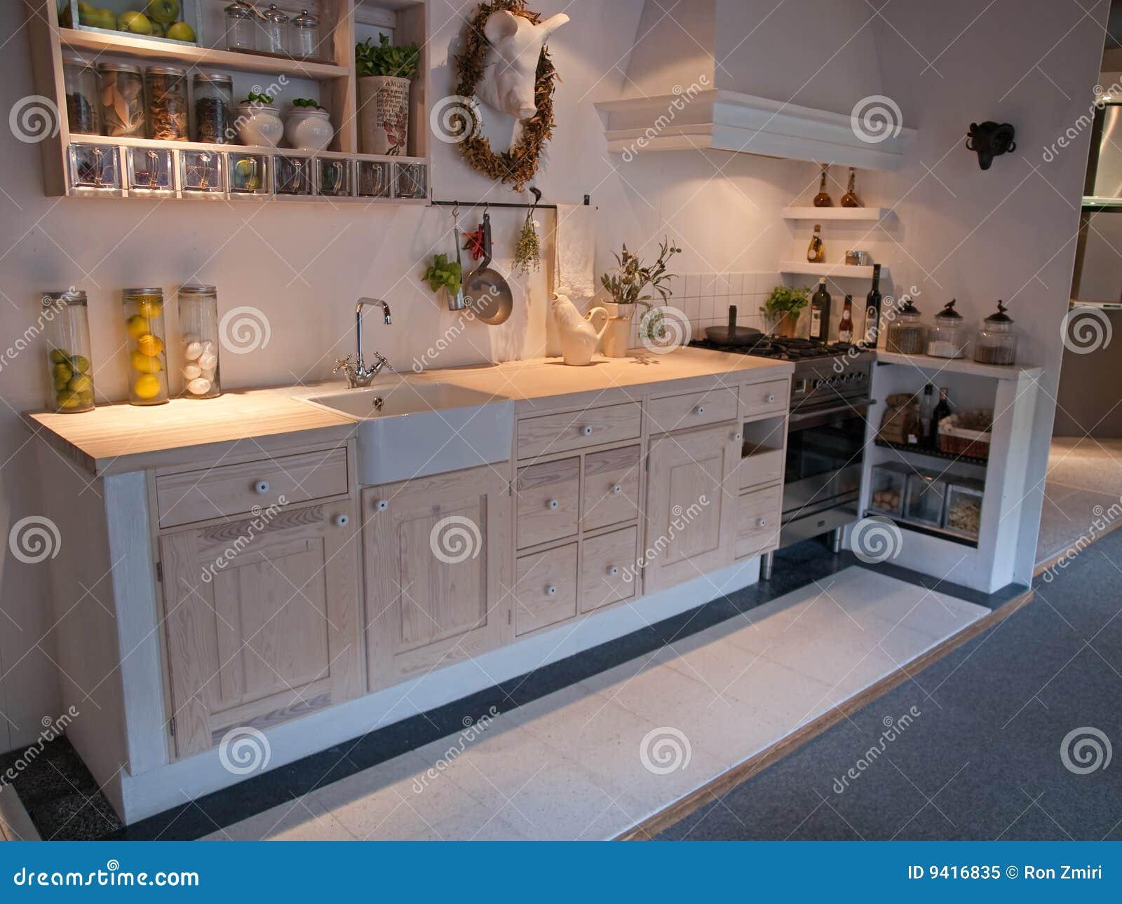 De moderne neo klassieke keuken van het ontwerp houten land royalty vrije stock foto - De klassieke keuken ...